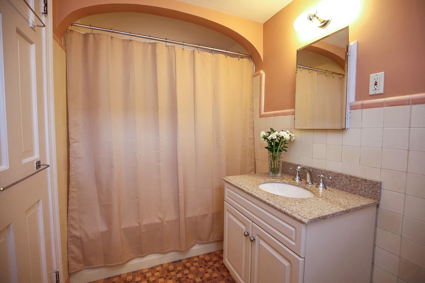 15-hall-full-bathroom
