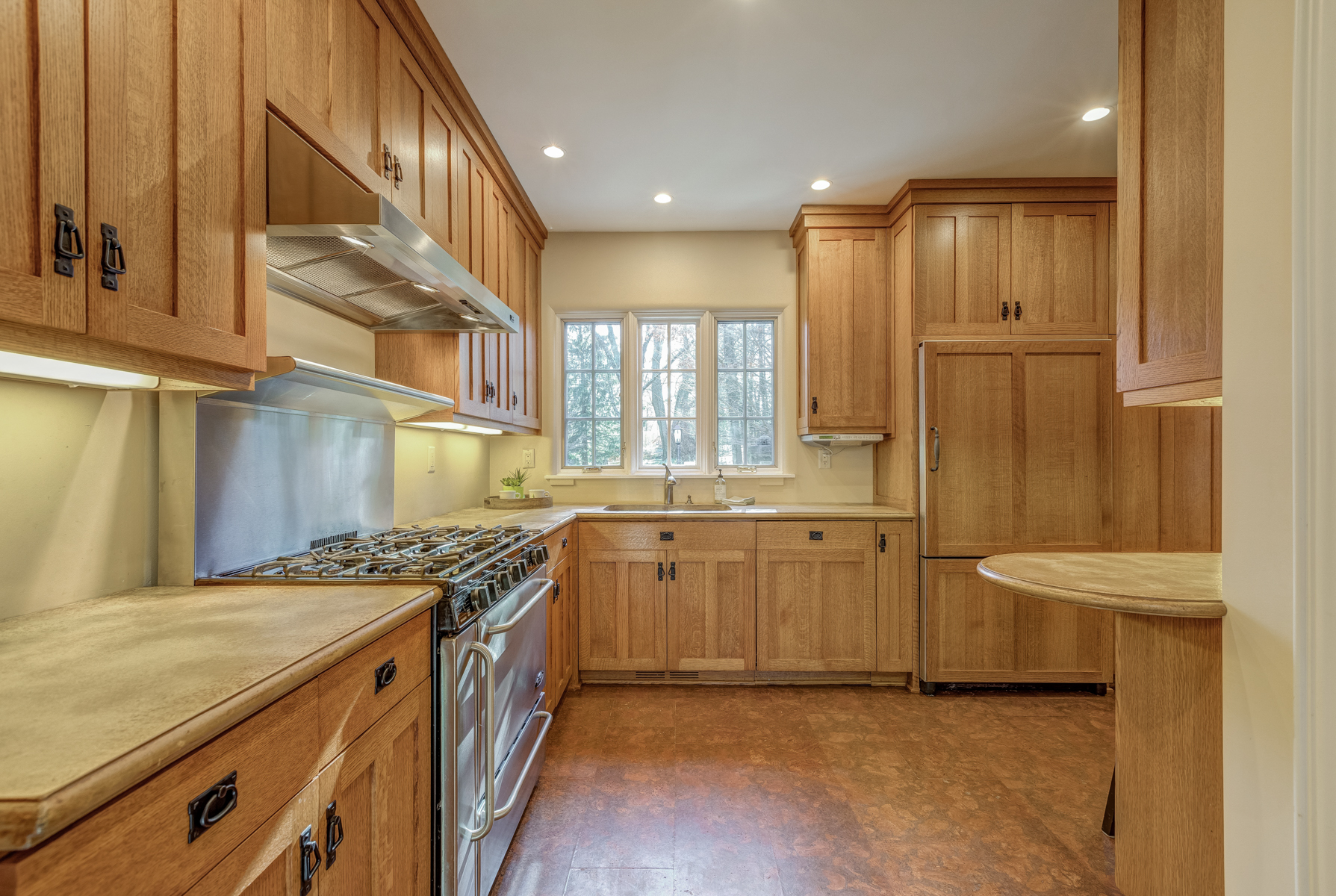 7. Kitchen with Breakfast Bar_53A1752_3_4
