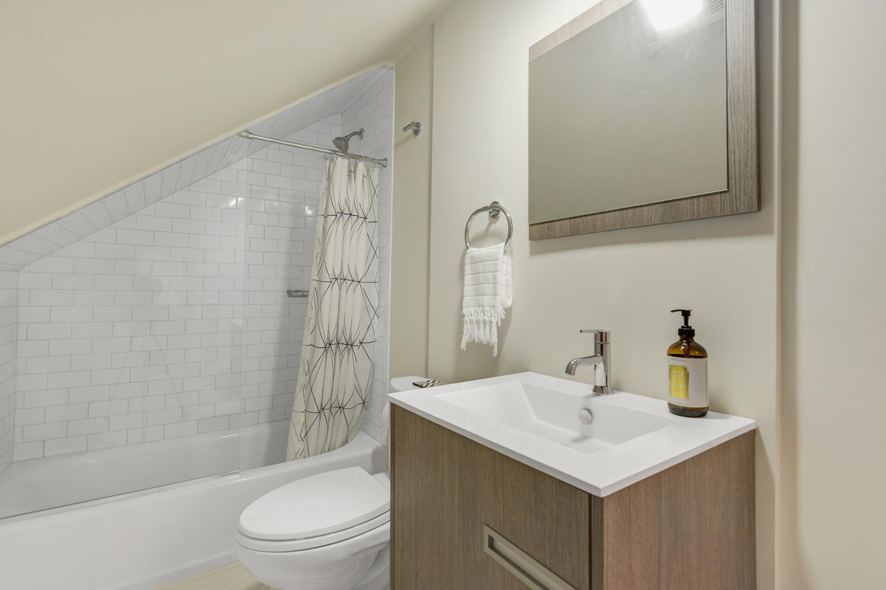 12. Full bath upstairs_DSC1589_90_91_92_93