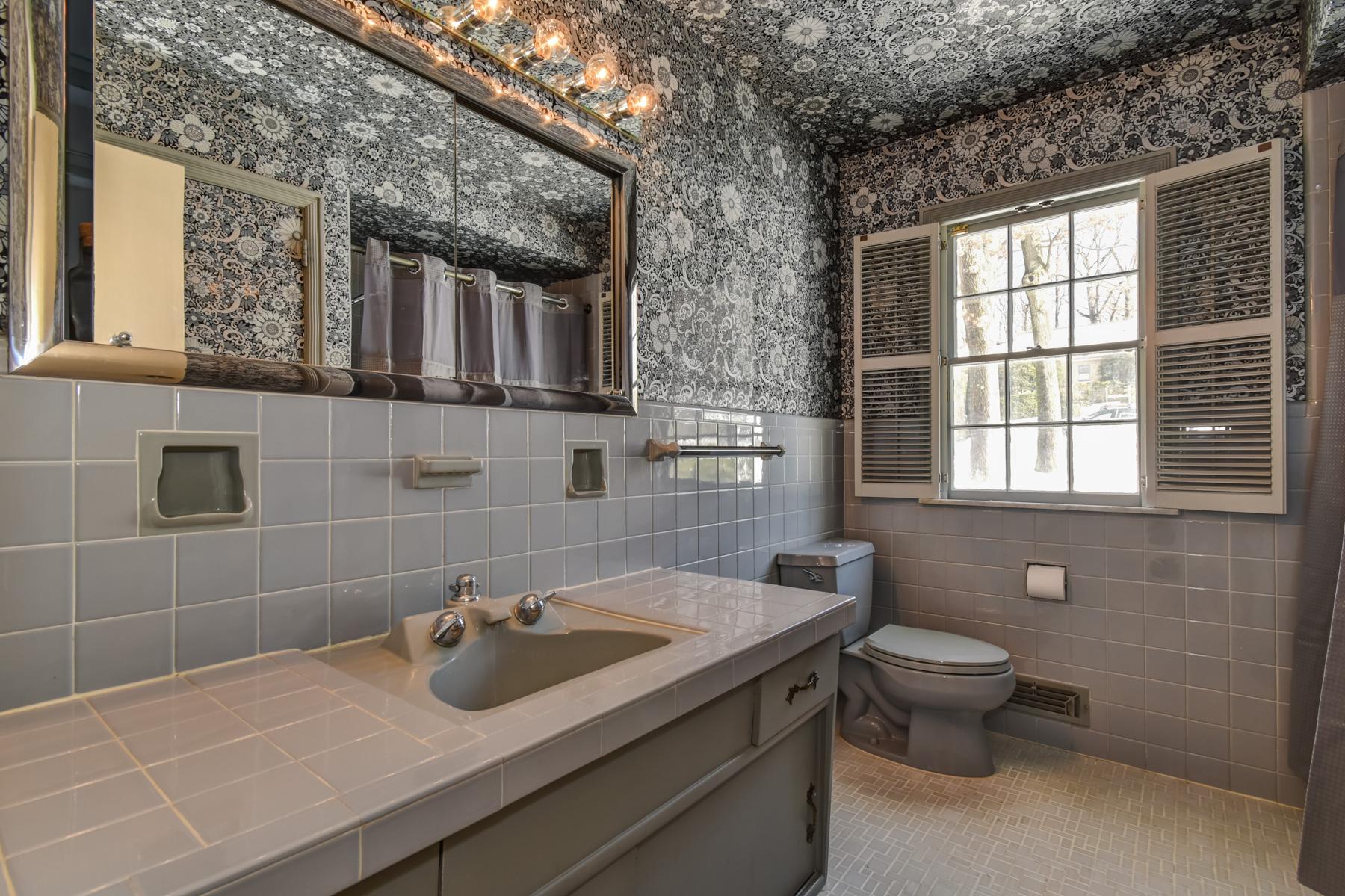 8. 12 Barry Lane Bathroom