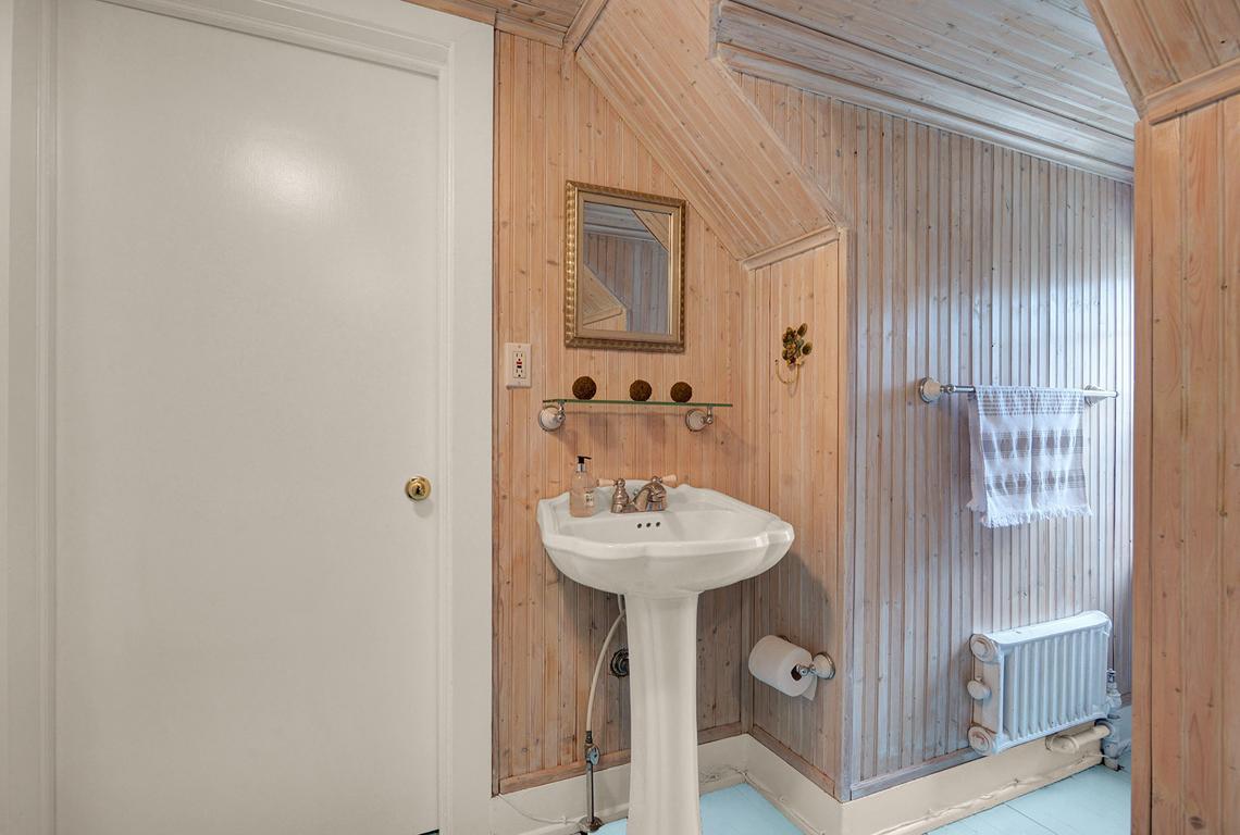 18. Hall bath DSC_3502_3_4_5_6