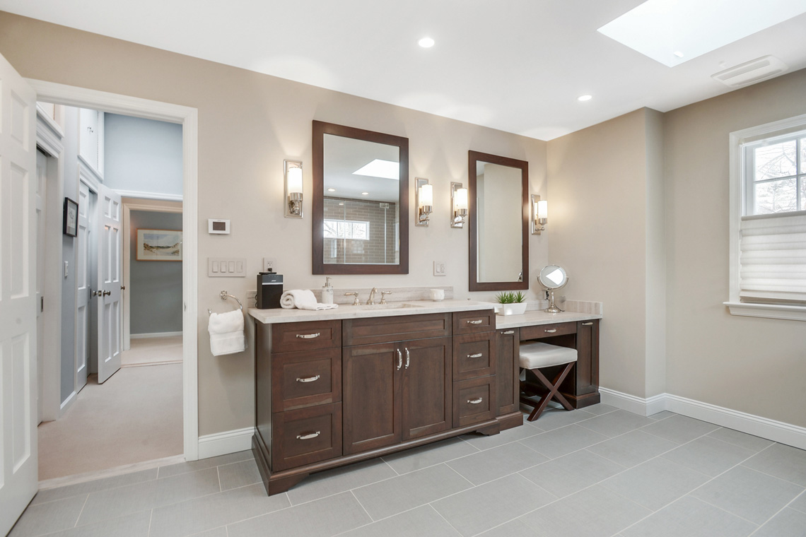 12. Primary Suite Bath VMD_024